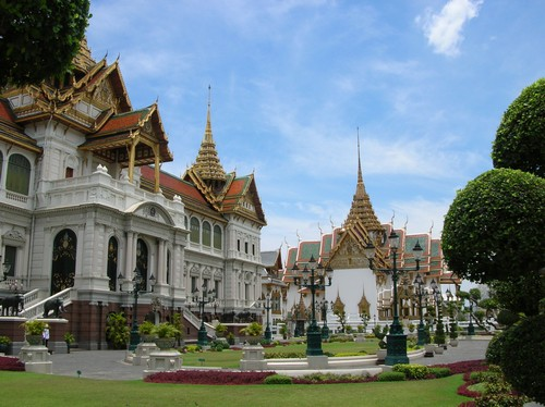 Travel Tips: Traveling to Bangkok with Friends versus Family